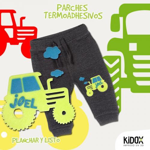 Parche termoadhesivo con forma de tractor. Para reparar o decorar la ropa.